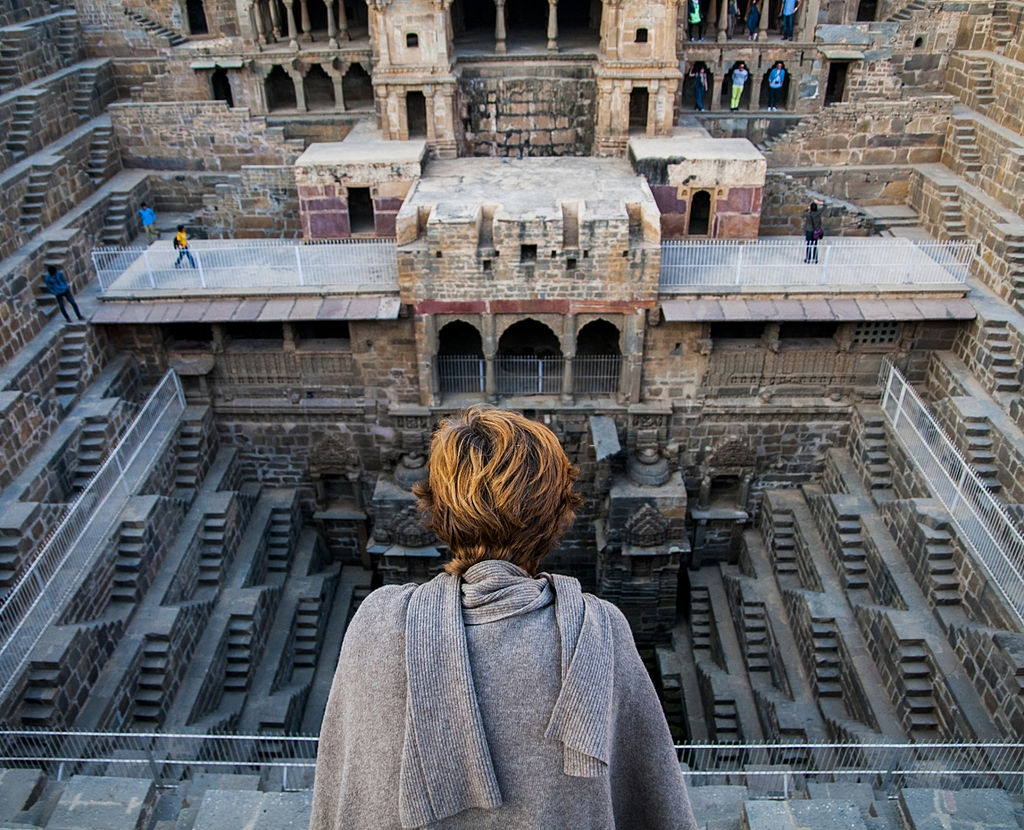 4. Chand Baori, Ấn Độ: Vốn là công trình trữ nước xưa, nơi đây trở thành một kỳ quan kiến trúc với 3.500 bậc thang có cấu trúc đối xứng, phủ kín 3 mặt của giếng, dẫn xuống đáy. Lòng giếng có hình vuông, càng xuống sâu càng thu hẹp, tạo nên một không gian được ví như kim tự tháp Ai Cập lộn ngược. Ảnh: Linka.