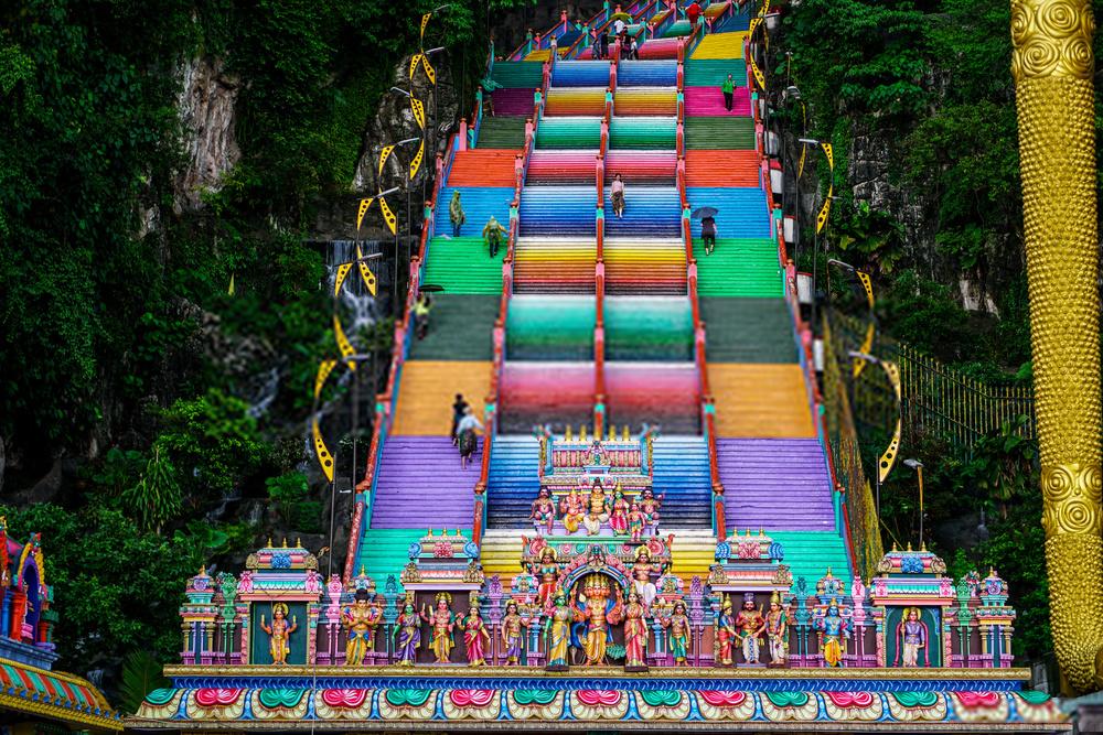 """5. Động Batu, Malaysia: Điều đặc biệt khiến động Batu thu hút du khách chính là các tác phẩm điêu khắc đồ sộ và tinh vi như 272 bậc cầu thang, cổng chào cho đến ngôi đền hay những vật trang trí đều do bàn tay tài hoa của những nhà điêu khắc người Ấn tạo nên. Với màu sắc rực rỡ và bắt mắt, những bậc thang này trở thành điểm """"check-in"""" ấn tượng không ai muốn bỏ lỡ. Ảnh: Andrzej."""