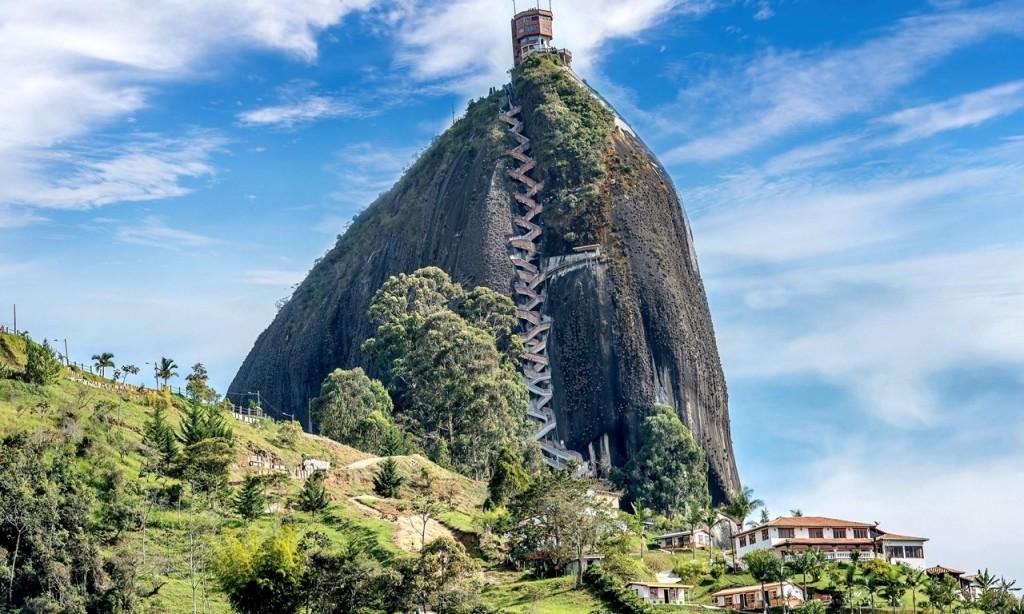 8.El Peñón de Guatapé, Colombia: Tảng đá nguyên khối 200 m từng được người Anh Điêng Tahami tôn thờ sở hữu 740 bậc. Cầu thang siêu thực này được xây dựng dọc theo tảng đá để dẫn du khách tới một tháp quan sát ba tầng ở trên cùng. Ảnh: Shutterstock.