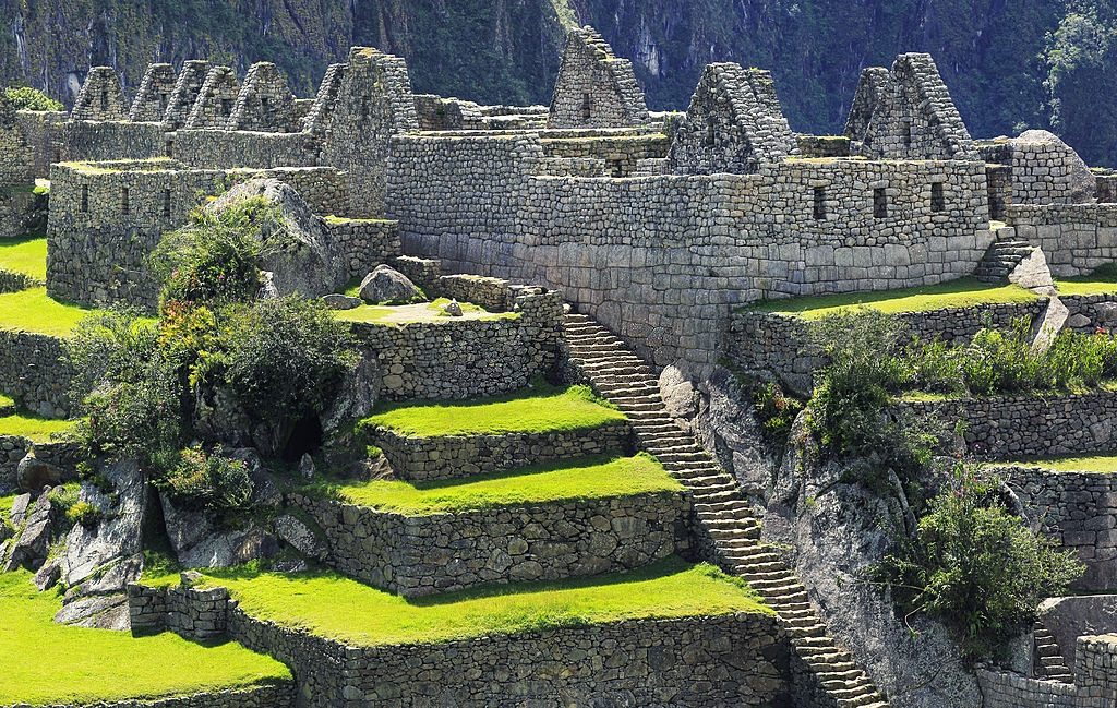 9. The Inca Staircase, Peru: Với 100 đoạn cầu thang cùng hơn 3.000 bước, nơi đây thách thức những ai can đảm muốn chinh phục đền Mặt Trăng và chiêm ngưỡng cảnh quan ngoạn mục của tàn tích Machu Picchu. Các bậc đá trơn trượt, nguy hiểm và chỉ vài đoạn có xích sắt cho khách bộ hành. Tuy nhiên, cảnh quan thực sự xứng đáng với sự mạo hiểm. Ảnh: Powerofforever.