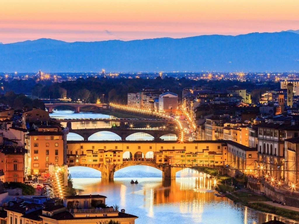 Cầu Ponte Vecchio, Florence, Italy  Được xây dựng gần với cầu vượt Roman, Ponte Vecchio là cây cầu duy nhất bắc qua sông Arno ở thành phố Florence cho đến năm 1218. Cây cầu hiện tại được xây dựng lại sau trận lụt năm 1345, với nhiều ngôi nhà nhỏ có cửa sổ. Cây cầu từng là khu chợ nhỏ với nhiều cửa hàng bán thịt, bán cá, thuộc da... Tuy nhiên chất thải gây ra ô nhiễm nước trong khu vực nên vào năm 1593, chỉ những thợ kim hoàn mới được phép kinh doanh trên cầu.  Ngày nay, nơi đây là điểm du khách dừng chân ngắm nhìn cảnh sông. Các cửa hàng trên cầu bán nhiều đồ lưu niệm, trang sức... Ảnh: Sorincolac/iStock.
