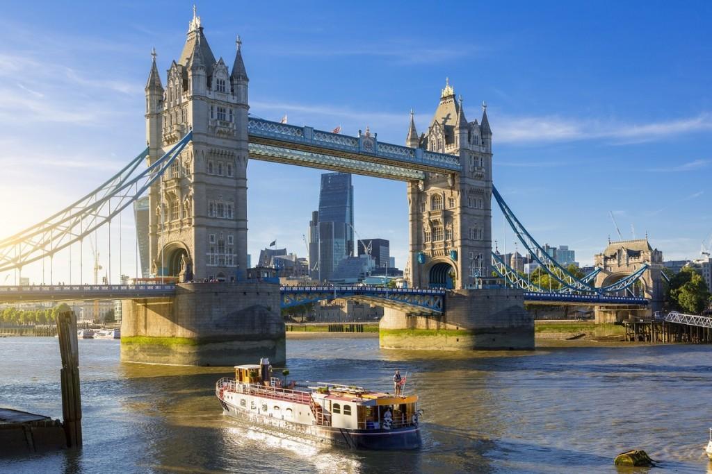 Cầu Tháp, London, Anh  Cây cầu được xây dựng cách đây 125 năm để giảm bớt lưu lượng giao thông đường bộ và hỗ trợ việc qua sông Thames, đến bến cảng London sầm uất. Được thiết kế với những con đường xoay để cho phép tàu đi qua, cho đến ngày nay, cầu Tháp là một trong những kiến trúc nổi tiếng và dễ nhận biết nhất của thành phố.  Từ xa nhìn lại, cây cầu giống như cung điện nổi giữa sông. Bắt đầu từ năm 1982, du khách có thể tham quan cây cầu với đường đi bộ sàn kính. Ảnh: S4svisuals/Shutterstock.