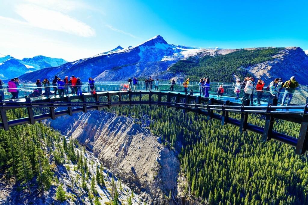 Cầu kính Glacier Skywalk, Alberta, Canada  Với chiều dài gần 400 m và ở độ cao 280 m so với thung lũng Sunwapta, cây cầu sàn kính là điểm ngắm cảnh lý tưởng dành cho những du khách ưa thích mạo hiểm và không sợ độ cao. Từ đây, bạn có thể trông thấy những dãy núi phủ tuyết hùng vĩ, thung lũng rộng lớn và sông băng. Ảnh: Shutterstock.