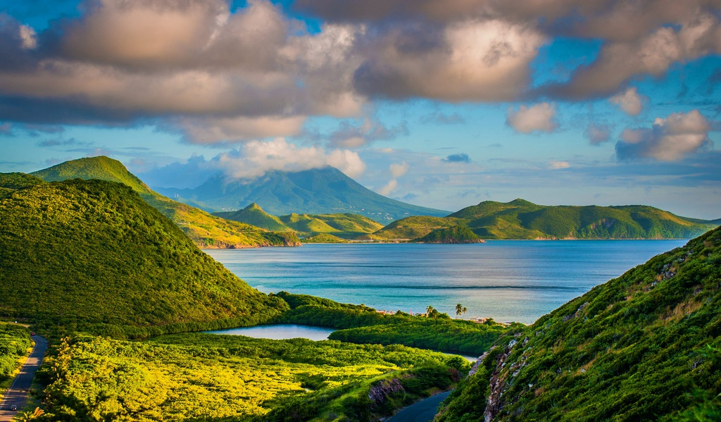 Quốc gia này có những bãi biển xinh xắn, núi non hùng vĩ, lịch sử lâu đời và nhiều hoạt động du lịch thú vị. Người dân địa phương hiền hòa và thân thiện, sẵn sàng chào đón du khách từ khắp nơi trên thế giới. Ảnh: Lonely Planet.