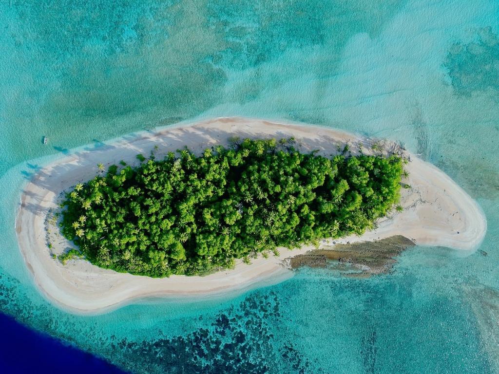 Tại đây, du khách có thể khám phá những đảo san hô, phá nước xinh đẹp, lặn ngắm động vật biển và thăm thú những đảo nhỏ xung quanh. Ảnh: Biofilta.