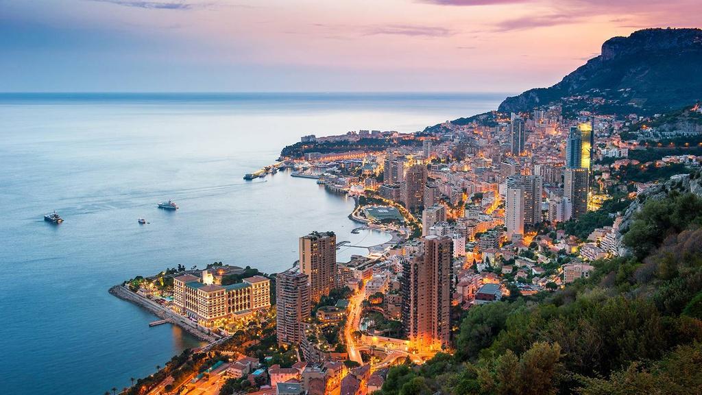 Monaco: Công quốc này có dân số chưa tới 40.000 người, nổi tiếng với cảng biển tuyệt đẹp và đường đua xe công thức 1. Các thành phố của Monaco thu hút du khách nhờ kiến trúc cổ kính, cùng nền ẩm thực độc đáo. Ảnh: La Baume.