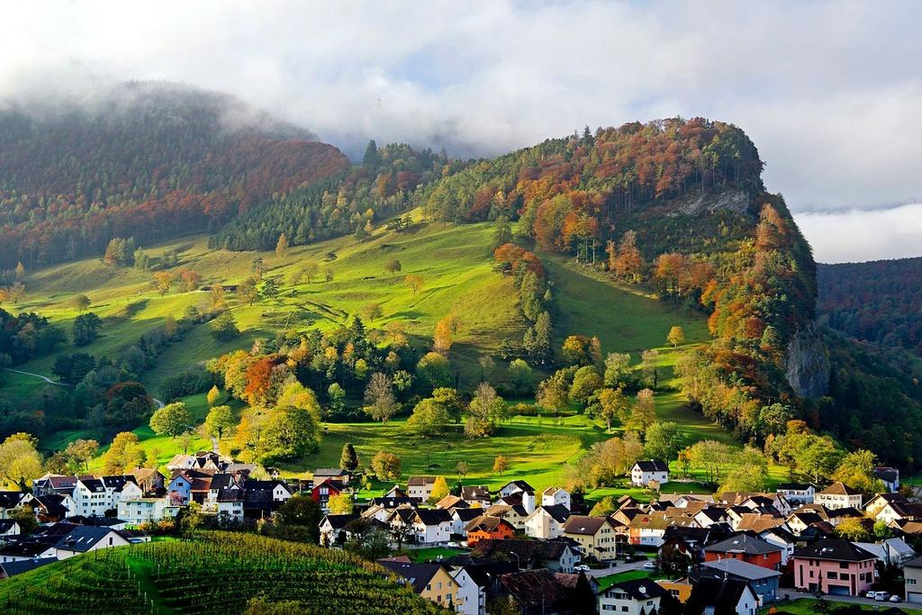 Liechtenstein: Quốc gia này có dân số tương đương Monaco với biên giới tiếp giáp Áo và Thụy Sĩ. Liechtenstein được thiên nhiên ưu đãi cho khung cảnh núi non tuyệt đẹp, không khí trong lành và mát mẻ. Ảnh: Financial Time.