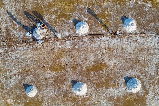 Bạc Liêu là một trong những địa phương có diện tích sản xuất muối lớn của cả nước, tập trung tại hai huyện Đông Hải và Hòa Bình. Người dân làm muối theo 2 phương pháp. Cách truyền thống là làm trên nền đất đen (muối đen) và phương pháp trải bạt, cho ra hạt muối trắng hơn và giá trị kinh tế cao hơn.