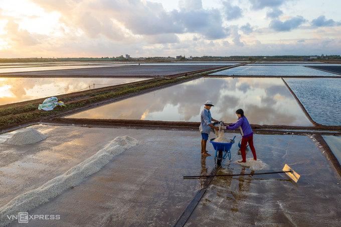 Bình minh trên đồng muối Đông Hải.  Năm 2013, Cục Sở hữu trí tuệ thuộc Bộ Khoa học và Công nghệ đã chứng nhận bảo hộ chỉ dẫn địa lý muối Bạc Liêu (muối ăn) là thương hiệu quốc gia. Đây cũng là một trong những sản phẩm nông nghiệp nổi tiếng của tỉnh Bạc Liêu, có thương hiệu trong nước và các hội chợ quốc tế.
