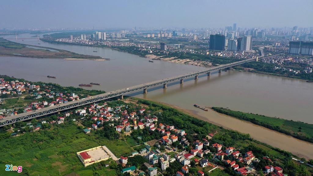 Cầu Thăng Long bắc qua sông Hồng nối quận Bắc Từ Liêm và huyện Đông Anh, Hà Nội. Cầu xây dựng từ năm 1979, đến năm 1985 hoàn thành với sự giúp đỡ của chuyên gia nước ngoài.