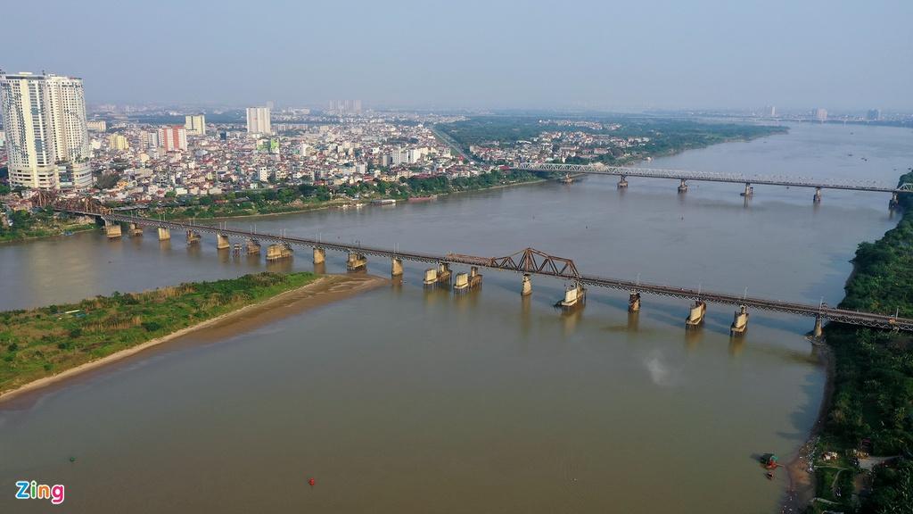 Ngay gần cầu Chương Dương là cây cầu Long Biên lịch sử hơn trăm tuổi cùng nối hai quận Hoàn Kiếm và Long Biên.
