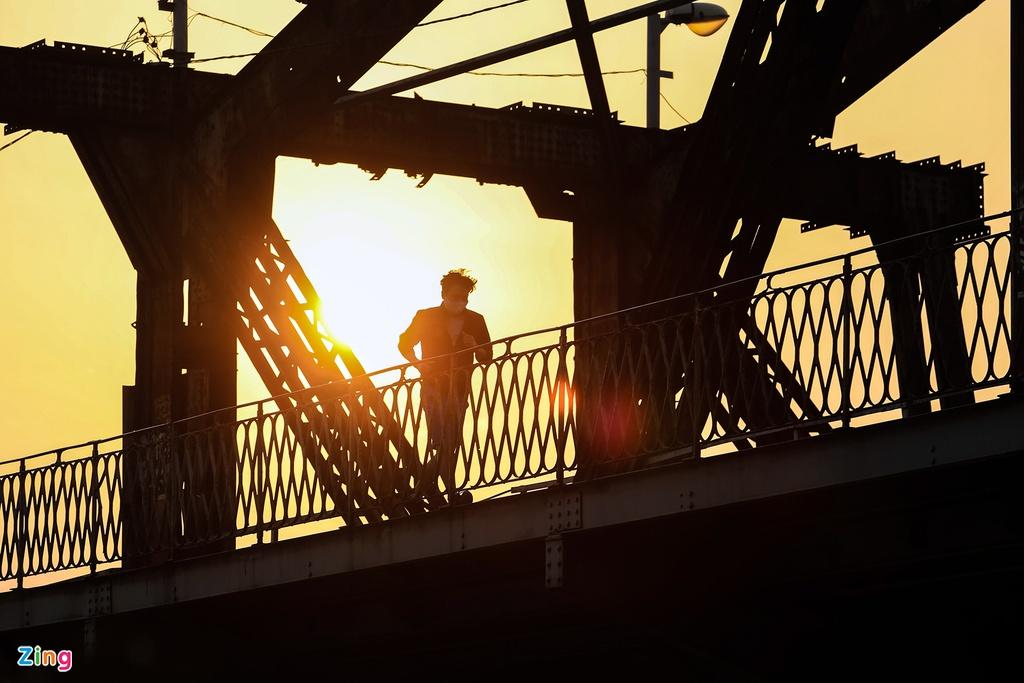 Hà Nội nhiệt độ tăng dần, tiết trời ấm áp cũng là nguyên nhân khiến nhiều người thích thú lên cầu Long Biên vào buổi chiều.