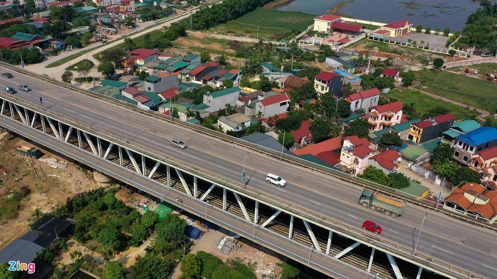 Cầu Thăng Long có kiến trúc đặc biệt với hai tầng. Tầng dưới, ở giữa là hai tuyến đường sắt (thiết kế theo khổ ray 1.435 mm), hai bên là đường xe thô sơ 3,5 m (có thể chạy ôtô 10 tấn). Tầng trên là đường ôtô rộng 15 m, cho bốn làn xe chạy; hai bên là đường cho người đi bộ rộng 1,5 m. Chiều dài toàn cầu tính theo đường sắt (tầng dưới) hơn 5,5 km, tính theo đường ôtô (tầng trên) hơn 3,1 km, theo đường xe thô sơ hơn 2,6 km.