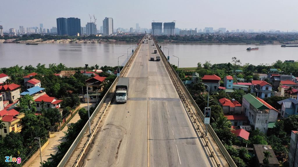 Những ngày cách ly toàn xã hội, cầu Thăng Long vẫn có xe cộ lưu thông, tuy nhiên chủ yếu là xe tải chở hàng đi và về giữa thủ đô với các tỉnh phía bắc.