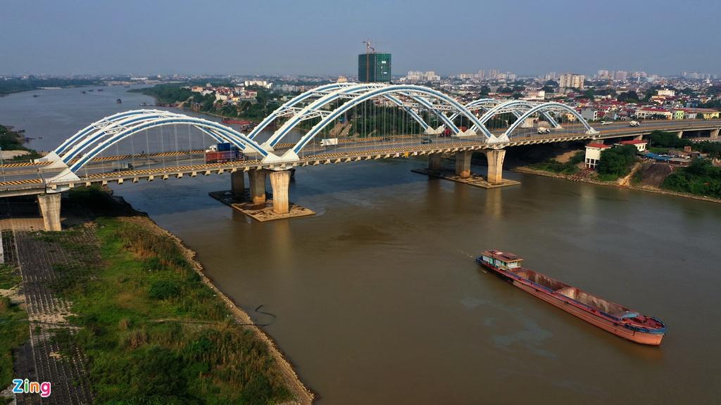 Cầu Đông Trù bắc qua sông Đuống, hạng mục quan trọng nhất của dự án xây dựng đường 5 kéo dài, được thành phố Hà Nội xếp trong danh mục 37 công trình, dự án trọng điểm giai đoạn 2011-2015.