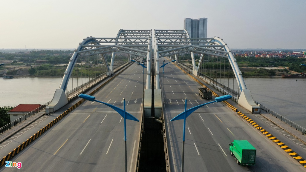 Cầu Đông Trù nối từ xã Đông Hội, huyện Đông Anh sang phường Ngọc Thụy, quận Long Biên, cách cầu Đuống cũ khoảng 4,5 km. Nơi đây cũng vắng xe cộ như các cây cầu khác.
