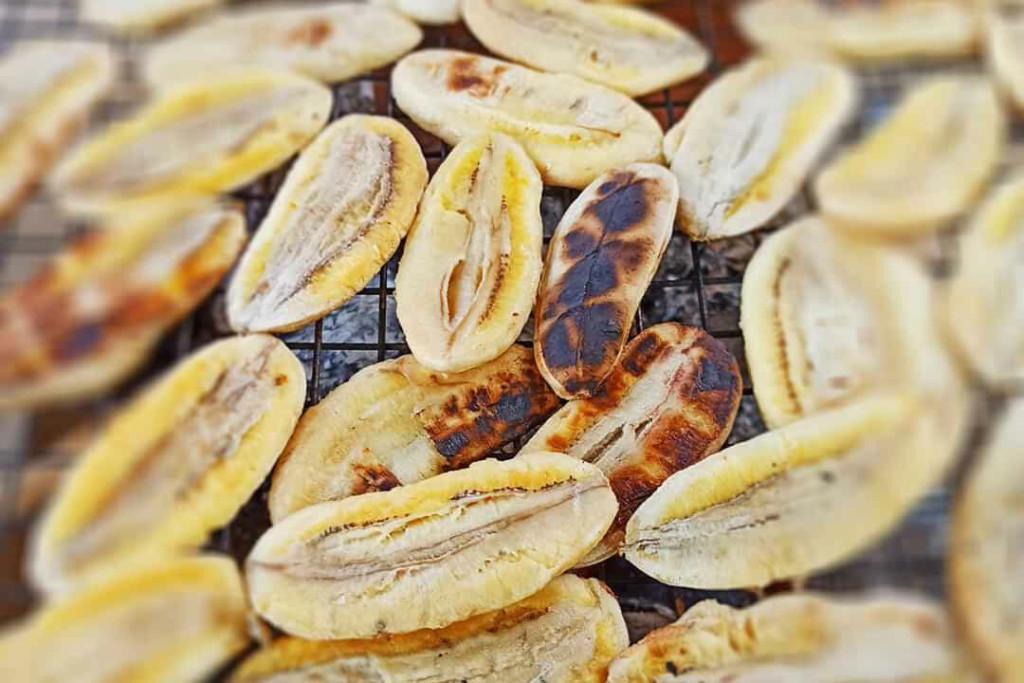Chuối nướng vừa ngọt vừa pha chút vị chan chát, chỗ nướng cháy xém lại có mùi thơm hơn, chấm với nước cốt dừa mằn mặn, ngọt ngọt, tạo nên dư vị mà ai đã ăn một lần ắt sẽ khó lòng quên. Ảnh: Hoàng Mai.