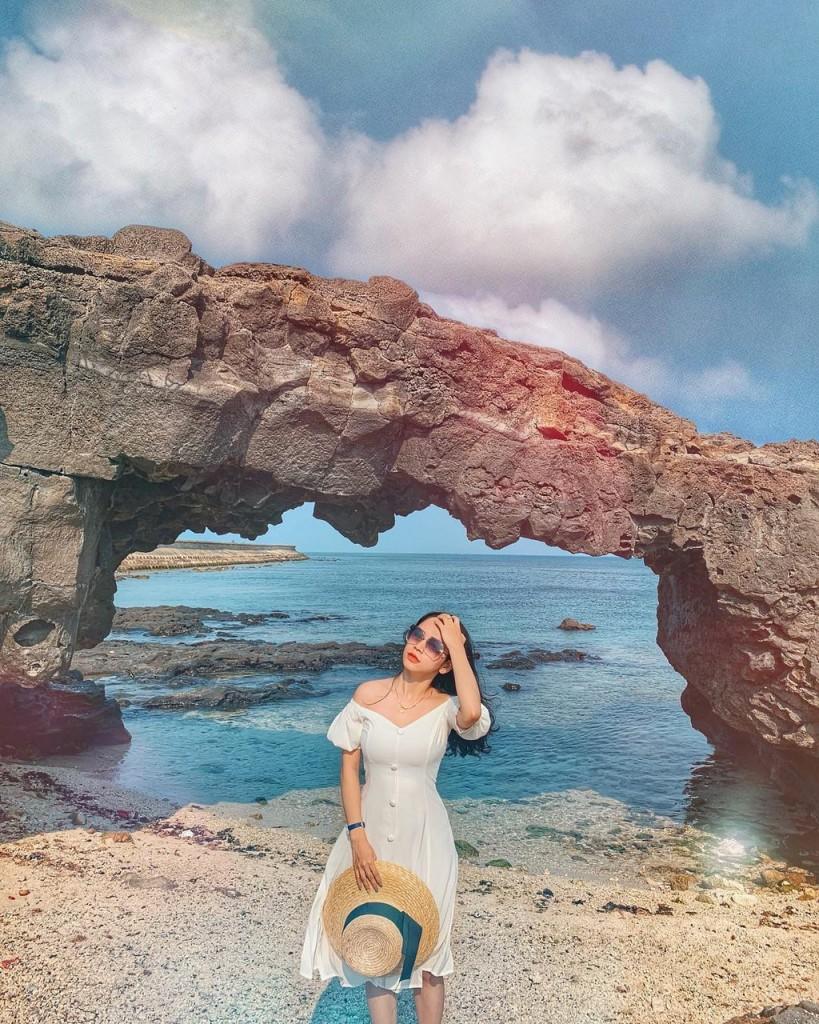 Cổng Tò Vò là địa danh rất thu hút du khách khi đặt chân đến đảo Lý Sơn. Cổng cao khoảng 2,5 m, hình thành từ sự phun trào của núi lửa cách đây hàng triệu năm. Nơi đây hấp dẫn du khách bởi vẻ hoang sơ, không có sự tác động của con người. Ảnh: Honguyenkhanhlin.