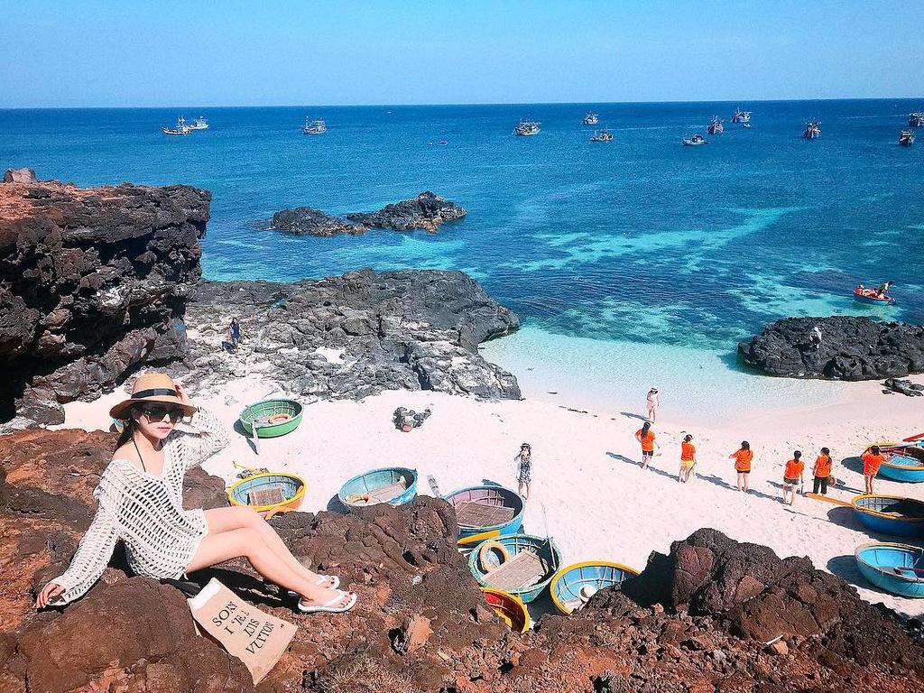 """Đảo Bé hay còn gọi là đảo An Bình, cách huyện đảo Lý Sơn khoảng 1 km. Nơi đây đang trở thành """"thiên đường du lịch biển đảo"""" ở miền Trung, hấp dẫn đông đảo du khách, nhất là giới trẻ. Ảnh: Joliejolie88."""