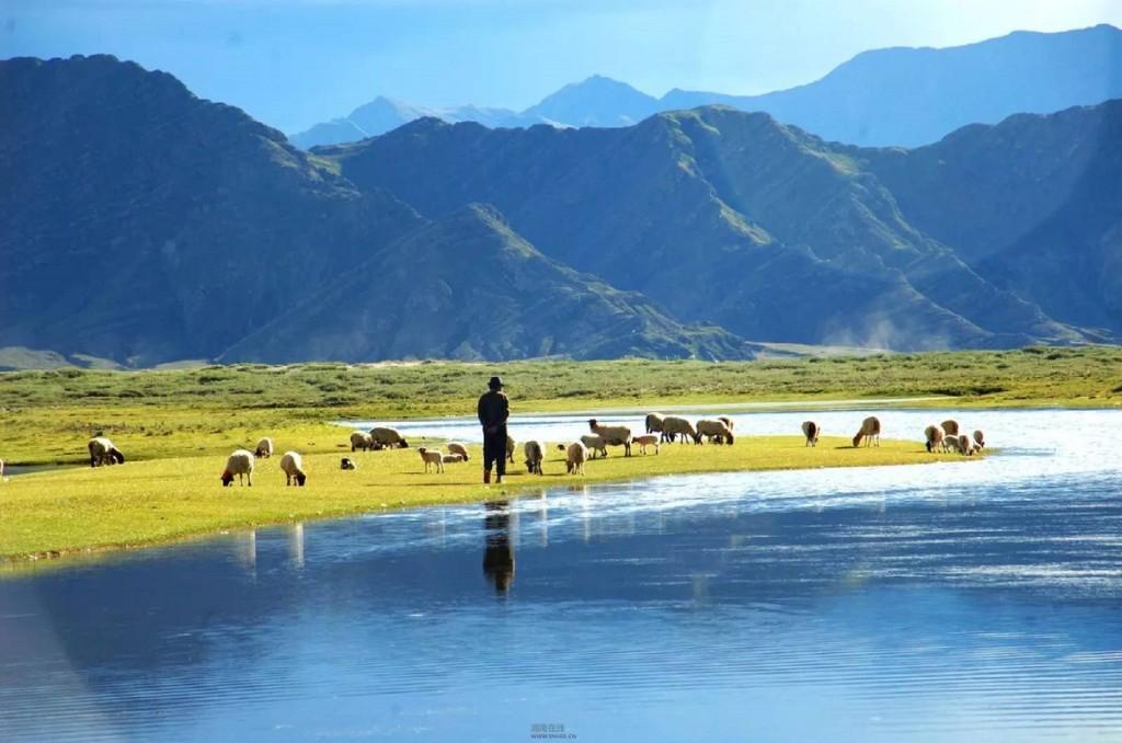 Cao nguyên Changtang trên dãy Himalaya trải dài 1.600 km từ đông nam Ladakh, Ấn Độ đến tây bắc Tây Tạng, Trung Quốc. Với độ cao trung bình 4.500 m so với mực nước biển, nơi đây có khí hậu vô cùng khắc nghiệt với mùa hè khô hanh, có mưa giông, mưa đá và mùa đông lạnh giá như bắc cực. Bao quanh bởi những đỉnh núi hoang sơ, Changtang cũng sở hữu những hồ nước xanh thẳm như viên ngọc vươn giữa bầu trời.  Ở Changtang có khu bảo tồn thiên nhiên, nằm trong khu vực bổ trợ của Ladakh, trên độ cao từ 4.200 m - 5.800 m, với địa hình là các hẻm núi sâu và cao nguyên. Khu bảo tồn thiên nhiên lớn thứ 2 thế giới này có khoảng 11 hồ, 10 đầm lầy, dòng sông Indus hùng vĩ chảy qua. Đây là nơi sinh sống của hơn 1.000 loài động vật hoang dã, bao gồm yak, linh dương và lừa Tây Tạng.  Để tới thăm Changtang, du khách cần có giấy phép với chi phí hàng nghìn USD. Ảnh: Tibet Travel.