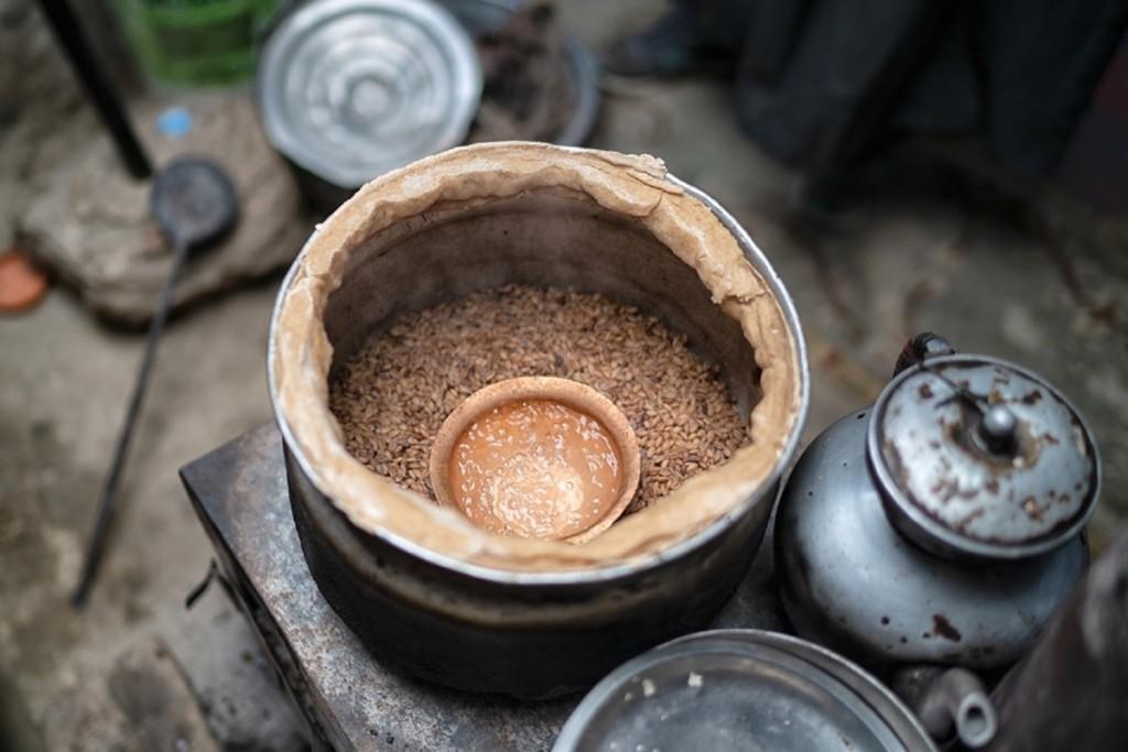 Trong lịch sử, người Changpa rất ít phụ thuộc vào thế giới bên ngoài. Thực phẩm chính của họ là lúa mạch, được trồng ở những vùng thấp hơn. Muối được lấy từ các hồ nước trong khu vực. Động vật nuôi là nguồn cấp thịt, bơ, sữa, len và da. Sữa và bơ có thể trao đổi và là nguồn thu nhập cho các gia đình. Ảnh: Tehhanlin.