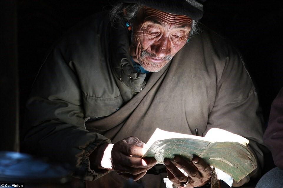 Phật giáo có ảnh hưởng tới lối sống của người Changpa. Những người lớn tuổi vẫn duy trì tụng kinh cầu nguyện vào buổi sáng sớm. Ảnh: Cat Vinton.