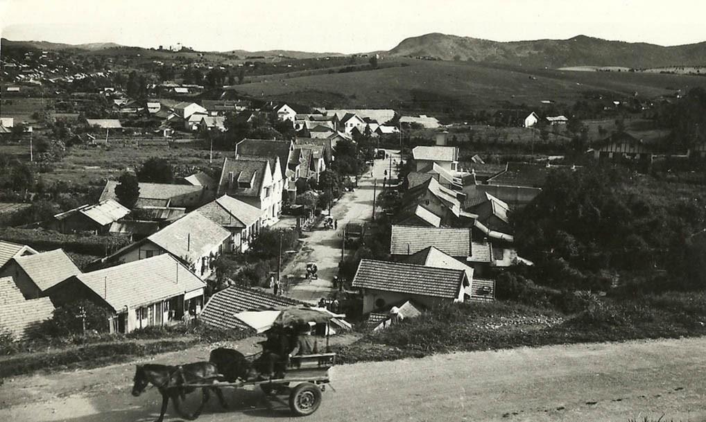 Thời xe ngựa được dùng làm phương tiện di chuyển chủ yếu, Đà Lạt là một vùng đất với những sườn đồi thoai thoải, con đường đất rộng rãi và từng ngôi nhà mái ngói nhỏ, thấp thoáng dưới thung lũng. Ảnh: Marché.