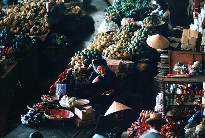 Trung tâm giao thương chính của thành phố tập trung rất nhiều mặt hàng buôn bán khác nhau, từ quần áo, mũ nón đến thực phẩm rau củ, quả... Ảnh: Doi Kuro.