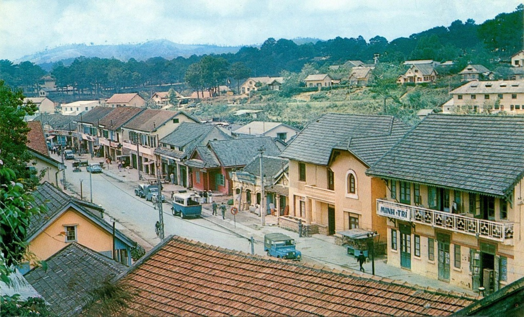 Vào khoảng những năm 1960, đường phố Đà Lạt đặc trưng với nhà, biệt thự thiết kế theo kiến trúc phương Tây. Những ngôi nhà nằm san sát dọc theo con đường quanh co trên đồi thông. Ảnh: Sandy1618.