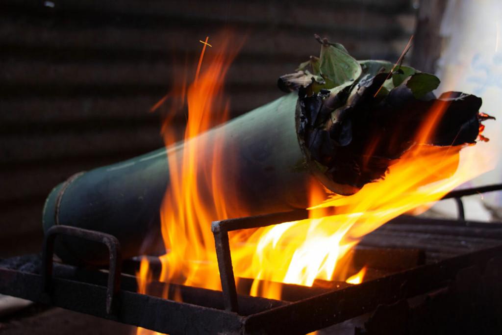 Người Adivadis phát hiện ra rằng ống tre có tác dụng như một chiếc nồi áp suất tự nhiên. Khi nướng, thân tre dày màu xanh giúp thức ăn giữ được độ ẩm, mềm và bảo vệ nó khỏi ngọn lửa bên ngoài. Ảnh: Atlas Obscura.