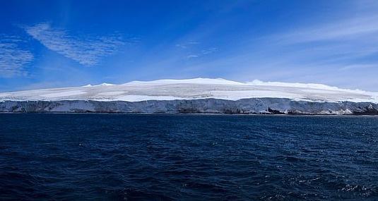Cách duy nhất để đến hòn đảo Bouvet là di chuyển bằng tàu thám hiểm. Tới đây, bạn sẽ được trải nghiệm sinh tồn trên một trong những vùng đất khắc nghiệt nhất thế giới. Lớp băng và thời tiết trên đảo là các yếu tố giúp nghiên cứu quá trình biến đổi khí hậu trong tương lai. Nơi đây là thiên đường của chim cánh cụt, hải cẩu, cá voi sát thủ, cá voi lưng gù...