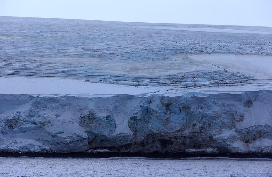 Hòn đảo nhỏ ở phía nam Đại Tây Dương, phía bắc Nam Cực được phát hiện vào 1/1/1739 bởi nhà thám hiểm người Pháp - Jean-Baptiste Charles Bouvet de Lozier. Vì ông không thể hạ thuyền và lập biểu đồ tọa độ chính xác nên vị trí của hòn đảo đã bị ẩn giấu trong 69 năm. Nhà thám hiểm lừng danh James Cook đã không tìm thấy nơi đây trong chuyến đi vào năm 1772.