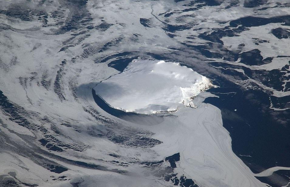 Trên hòn đảo là dòng sông băng bao phủ 93% diện tích và núi lửa đã ngừng hoạt động ở trung tâm. Miệng của ngọn núi lửa này chứa đầy băng và được cho là nơi khó đặt chân tới. Năm 1996, Viện Polar Na Uy đã xây dựng trạm nghiên cứu được làm từ các container trên khu vực hạ cánh Nyroysa.