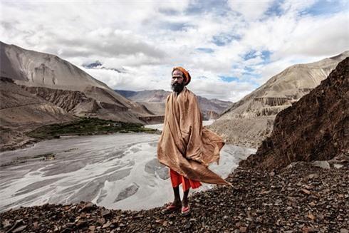 Một giáo sĩ đạo Hindu đứng bên sông Kali Gandaki trước khitiến vào vùng đất Mustang