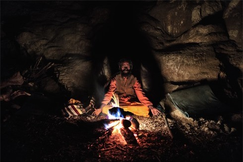 Một giáo sĩ đạo Hindu đang ngồi thiền trong hangRanbyung, trong một ngọn núi ở dãy Himalya