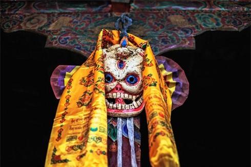 Vào thế kỷ thứ tám, các nhà sư ở tu viện Samye đã sử dụng mặt nạ này trong một điệu nhảy do sư Liên hoa sinh sáng tạo nên