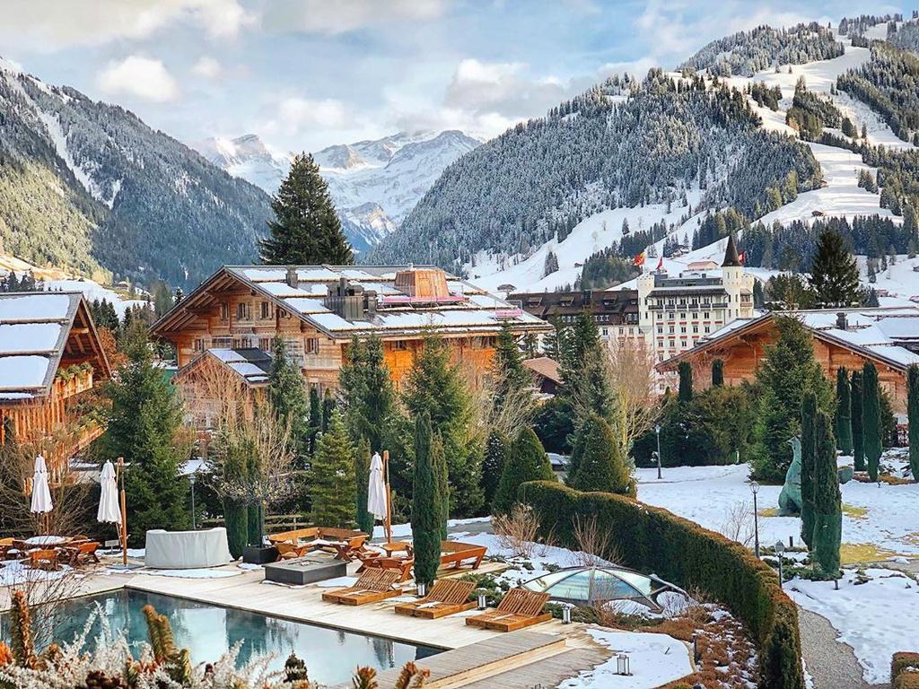 Các khách sạn như Grand Hotel Park, Alpina Gstaad, Gstaad Palace, Grand Hotel Bellevue... là những cơ sở lưu trú cao cấp ở Gstaad, có chi phí đắt đỏ. Các dịch vụ xông hơi, spa được yêu thích tại đây khi du khách đến nghỉ dưỡng vào mùa đông. Những cơ sở lưu trú hạng sang cung cấp các loại hình thư giãn như ngâm bồn sục jacuzzi, xông hơi ướt kiểu Thổ Nhĩ Kỳ, xông hơi sauna khô kiểu Hy Lạp cổ đại. Ảnh: diegogranados08.