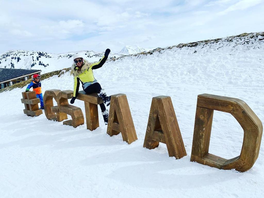 Khu nghỉ dưỡng Gstaad được yêu thích vào mùa đông bởi nơi đây được xem là địa điểm trượt tuyết lý tưởng. Du khách tới đây sẽ trượt tuyết trên băng vĩnh cửu ở Glacier 3000. Khu vực này nằm ở độ cao 3.000 m so với mực nước biển. Điểm trượt tuyết dài 10 km, đi qua những địa điểm đẹp của dãy núi Bernese Alps. Ảnh: julia_zemella.