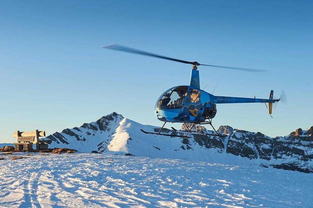 Gstaad nằm ở vị trí tách biệt với đô thị ồn ào, phù hợp với những du khách có nhu cầu nghỉ dưỡng thư giãn. Ngôi làng cách Bern khoảng 55 km về phía bắc và cách bang Zurich cỡ 140 km về hướng đông bắc. Nhiều du khách thượng lưu thường chọn cách di chuyển bằng trực thăng đến Gstaad. Ảnh: chablaisheliclub.