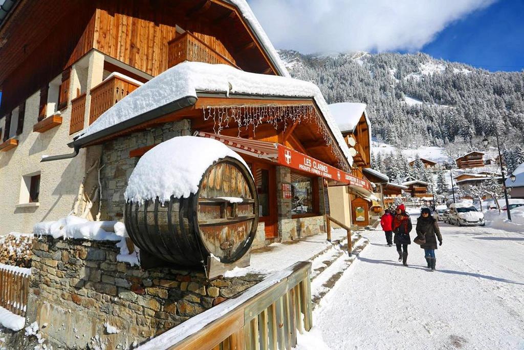 Nét đặc trưng của khu nghỉ dưỡng này là những ngôi nhà, cửa hiệu được thiết kế theo lối kiến trúc Alpine, với chất liệu bằng gỗ, mái nhọn, được trang trí bằng thông, màu sắc hài hòa tự nhiên. Quang cảnh ở đây tạo cảm giác ấm cúng giữa trời tuyết trắng xóa. Ảnh: hle1991.