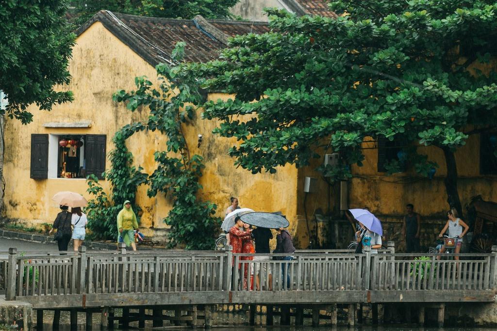 """Hội An không đơn giản là một thành phố vàng. Trong mắt Rehahn, Hội An giống như một bữa tiệc màu sắc thay đổi từ ngày qua đêm. """"Ban ngày, ánh nắng phản chiếu trên những căn nhà vàng chanh. Đêm tới, những chiếc đèn lồng du khách thả xuống lại đem tới ánh sáng lung linh trên sông. Màu vàng lúc này có phần êm dịu và mềm mại hơn. Ánh sáng và tông màu của thành phố này thay đổi chẳng ngừng nghỉ. Tôi thường chụp cùng một hậu cảnh vào các thời điểm khác nhau để thấy rõ sự thay đổi trong cảm xúc"""", anh nói. Ảnh: Vu Pham Van/Culture Trip."""