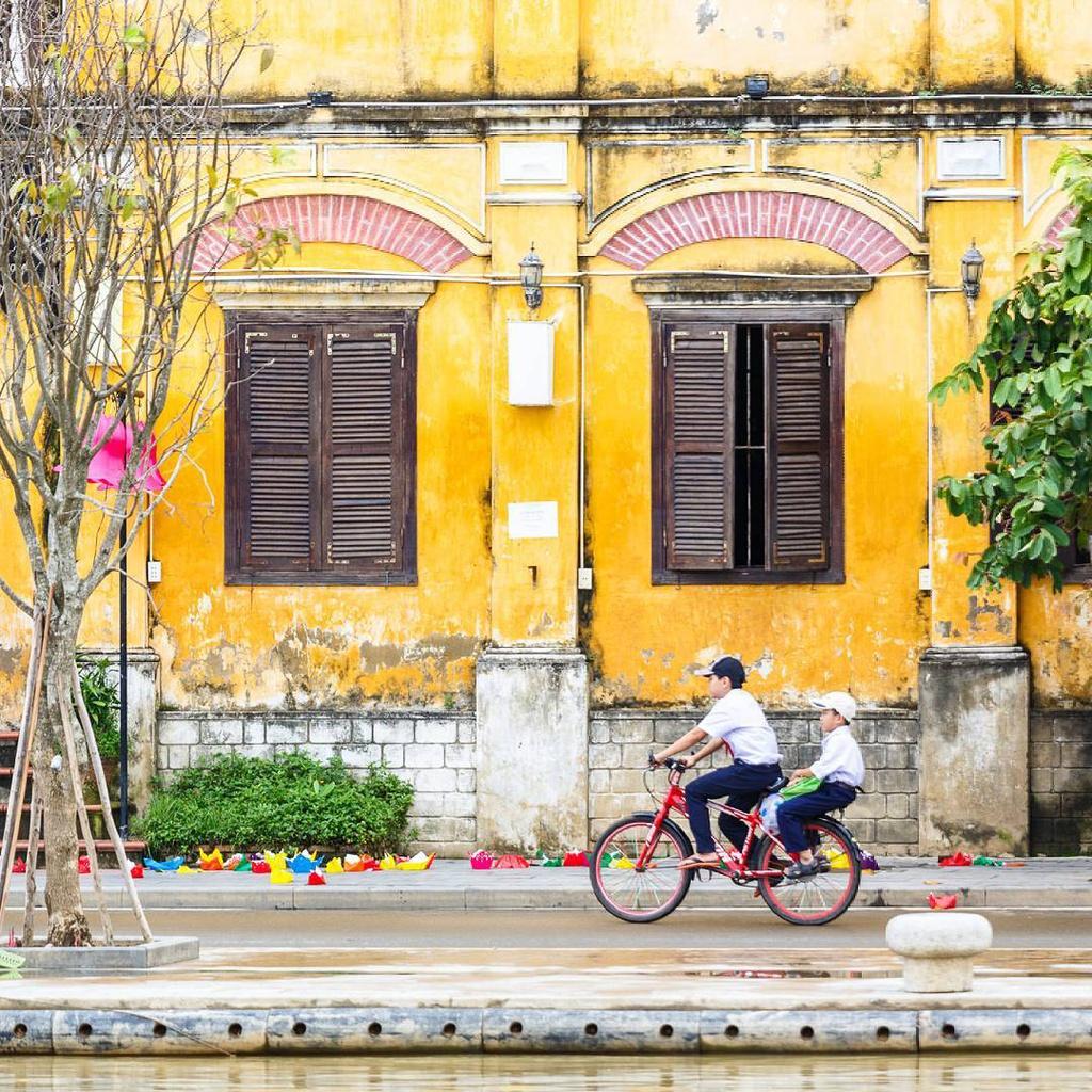 Với những nhiếp ảnh gia như Rehahn, màu vàng của bức tường khiến mọi góc máy đều trở nên hợp lý. Đôi khi, bạn có thể bắt gặp hình ảnh cô nữ sinh mặc váy trắng ngang qua bức tường vàng cũ kỹ. Vào ngày mưa, hình ảnh người phụ nữ mặc áo mưa cũng tạo nên sự pha trộn màu sắc ấn tượng với bức tường vàng. Ảnh: WTjournal.