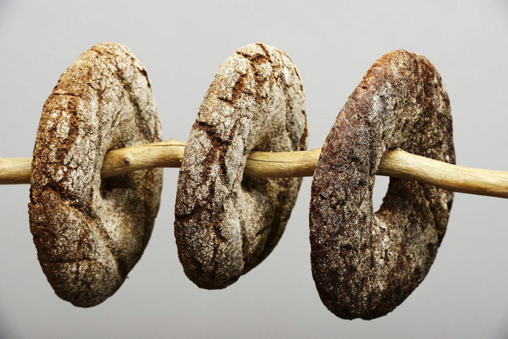 Bánh mì đen  Bánh mì lúa mạch đen được người Phần Lan yêu thích đến nỗi nó được bình chọn là món ăn quốc gia năm 2017. Đây là món ăn chính trong chế độ ăn của người Phần Lan khi được ăn vào cả bữa sáng, bữa trưa, hoặc bữa ăn nhẹ. Họ thường ăn kèm với thịt nguội, phô mai và một chút bơ. Bánh mì lúa mạch đen là lựa chọn tốt sức khỏe vì nó được làm từ bột lên men tự nhiên và có nhiều chất xơ. Ảnh: Mikhail Olykainen/Shutterstock.