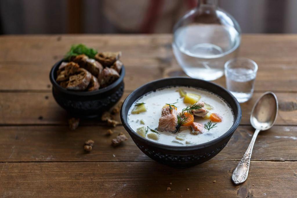 Lohikeitto - súp cá hồi Người Phần Lan thích ăn cá, đặc biệt là cá hồi. Người dân thường nấu súp cá hồi cùng khoai tây, cà rốt, các loại gia vị và sữa. Mọi người thường dùng món này vào bữa tối, đặc biệt trong mùa đông. Khách cũng có thể tìm thấy món ăn này trong nhiều nhà hàng. Ảnh: Konstantin Kopachinsky/Shutterstock.