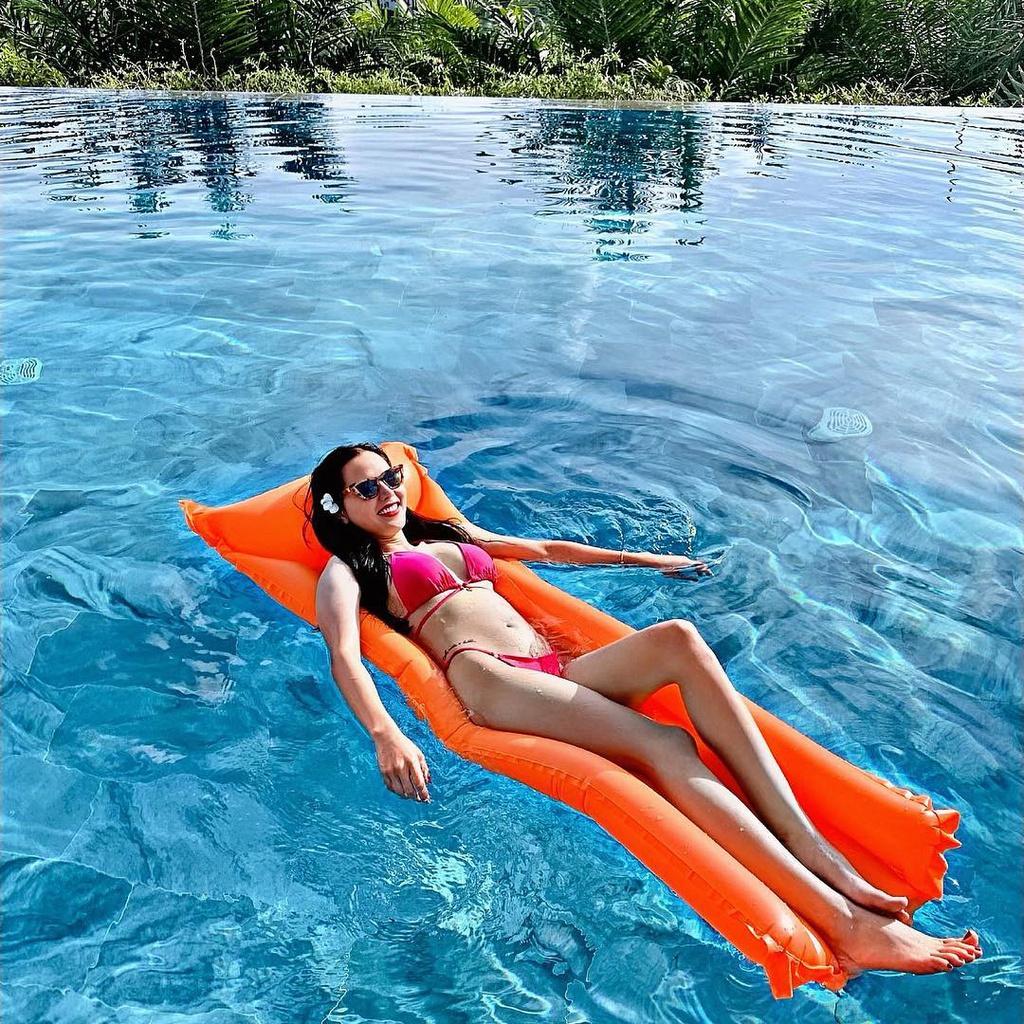 """Lahana Resort Phú Quốc cũng cho du khách không gian mát mẻ với hồ bơi tràn bờ, nằm tại vị trí cao hơn 50 m so với mực nước biển. Bao quanh bể là những rặng cây xanh rì, cho bạn không gian nghỉ ngơi tuyệt đối. Du khách An Nhiên nhận xét: """"Điều mình thích nhất ở hồ bơi tại resort Lahana là vị trí trên cao, bao quanh bởi cây cối, tạo cảm giác riêng tư"""". Ảnh: thaomt1606."""