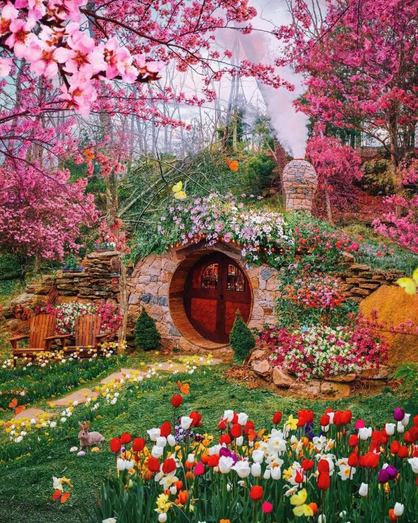 Dạo vài trang liên quan đến chủ đề Du lịch trên mạng xã hội, bạn không khó bắt gặp hình ảnh ngôi nhà với cánh cổng gỗ nâu, nhỏ xinh. Nó được bao quanh bởi một rừng hoa tươi sắc. Hình ảnh con thỏ nâu thong thả nằm trên bãi cỏ xanh càng khiến khung cảnh thêm phần mê hoặc lòng người. Trong căn nhà nhỏ, ánh đèn vàng ấm áp đem lại cảm giác bình yên. Ảnh: Allbeauty_addiction.