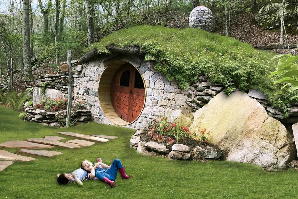 """Ngôi nhà người lùn này là một trong 5 dạng phòng nghỉ du khách có thể thuê khi tới The Preserve Club & Residences. Tên chính thức của ngôi nhà là """"Hobbit Hillside Homes"""". Trang web của khu nghỉ dưỡng mô tả căn nhà được làm từ đá, xây bên trong sườn đồi với nhiệt độ luôn duy trì ở mức lý tưởng. Bên trong nhà người lùn có lò sưởi, sàn lát đá và giếng trời. Cánh cửa hình tròn bằng gỗ đem đến không khí lãng mạn, huyền bí. Ảnh: The Preserve."""