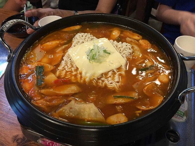 Không chỉ là món ăn quốc dân của người Hàn, món budae jjigae còn được xếp vào danh sách món nhất phải thử của du khách đến đây. Ảnh: Atlas Obscura.