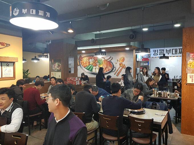 Người Hàn Quốc thường ăn món ăn này vào buổi trưa, đặc biệt là sinh viên và người làm văn phòng. Ảnh: Seoulian.