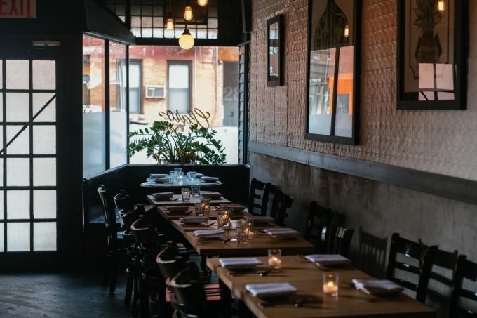 """Claro là một trong những nhà hàng đạt chuẩn Michelin khá nổi ở Brooklyn, nhiều năm liên tiếp lọt vào top những nhà hàng ngon nhất New York do New York Times bình chọn. Ở đây có một quy tắc """"bất di bất dịch"""" là không phục vụ giao hàng tận nhà, vì đầu bếp cho rằng so với phục vụ tại nhà hàng, họ sẽ tốn khá nhiều thời gian hơn khi chuẩn bị các món mang đi, cũng rất khó để đảm bảo chất lượng món ăn không bị thay đổi suốt quá trình vận chuyển."""